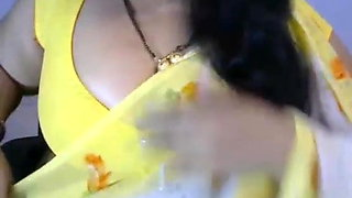 Indian babe in saree reveals her big tits