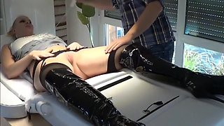 Pretty girl squirts on fucking machine