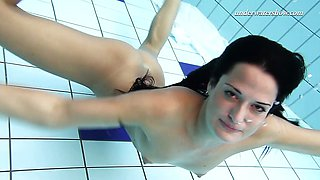 Kinky Underwater swimming stripping babe Zhanetta