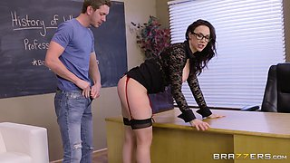 Skills of a bombshell Chanel Preston in handling multiple cocks are amazing