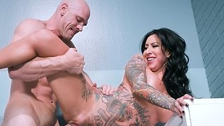 Bald masseur makes sure stunning inmate is in good mood