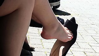 Elegant amateur babe flashes her sexy feet in the outdoors