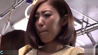 JAPANESE CAN'T RESIST ONE LEG FUCK UP ON BUS 日本少婦經不起肉棒的挑逗 扳起一隻腳就給你幹吧
