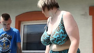 Chunky cougar facesitting outdoors before bj