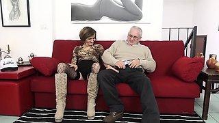 SCAMBISTI MATURI - Mature swinger gets her asshole filled